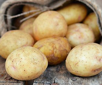 Una patata con piel aporta casi la mitad de la cantidad diaria recomendada de vitamina C