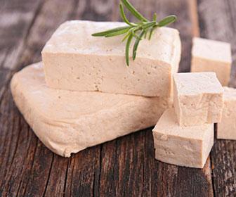 El tofu es una comida muy habitual en la cocina oriental y se prepara con agua, semillas de soja y algún solidificante o coagulante