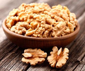 Además de las nueces, otros frutos secos que puedes comer son los anacardos, avellanas, almendras y castañas